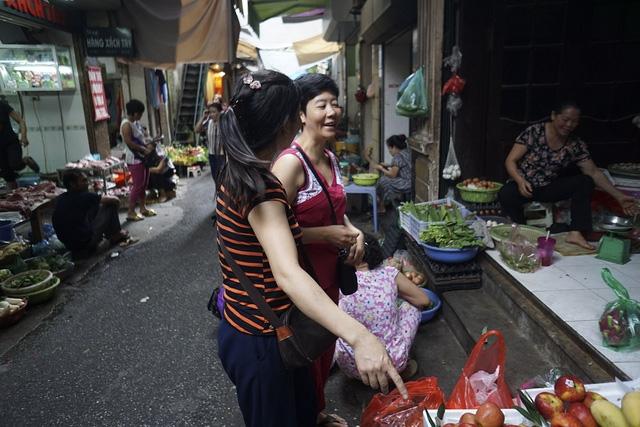 Cảnh đi chợ trong ngõ nhỏ Trung Yên (quận Hoàn Kiếm).