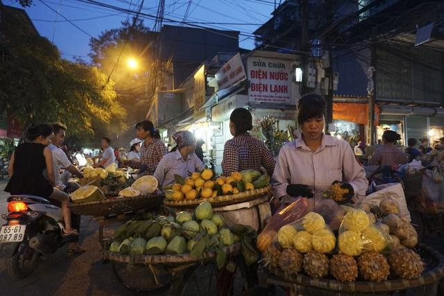Những người bán hoa quả trên đường phố vào buổi chợ chiều.