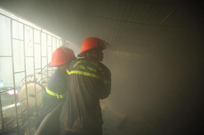 Hà Nội: Dùng hàng trăm mét vòi bơm hút nước ao đình Mai Động chữa cháy 3 căn nhà trong ngõ - Ảnh 2.