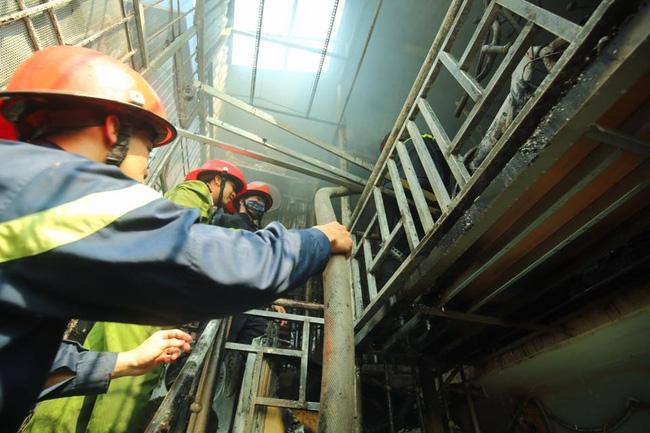 Hà Nội: Dùng hàng trăm mét vòi bơm hút nước ao đình Mai Động chữa cháy 3 căn nhà trong ngõ - Ảnh 4.