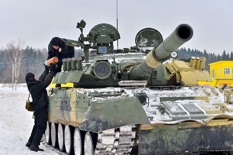Muc kich xe tang T-80U tap tran bao ve Moscow-Hinh-2