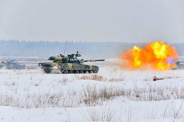 Muc kich xe tang T-80U tap tran bao ve Moscow-Hinh-3