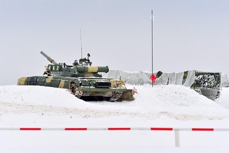 Muc kich xe tang T-80U tap tran bao ve Moscow-Hinh-10