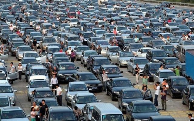 Tắc đường kiểu Trung Quốc. Tại một số đô thị lớn, tắc đường đã trở thành một phần trong cuộc sống thường nhật. Nếu bị kẹt trong đám tắc nhưng cần thoát ra ngoài để xử lý công việc, bạn có thể gọi cho dịch vụ chống tắc đường. 2 người được cử tới để hỗ trợ bạn. Một người sẽ lái xe của bạn về nơi an toàn, người còn lại làm nhiệm vụ chở bạn ra khỏi chỗ tắc bằng xe máy.