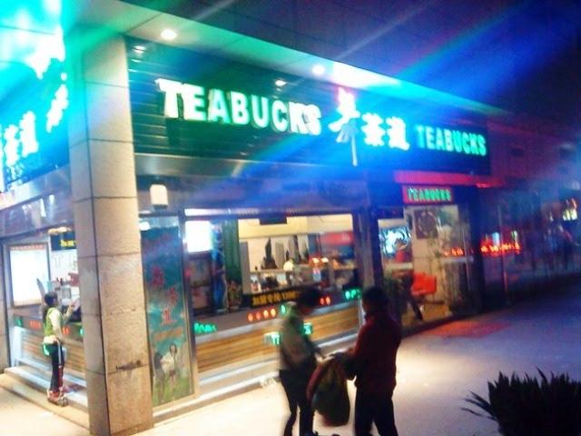 """Trung Quốc được coi là """"thiên đường"""" của hàng giả hàng nhái. Trên các đường phố, du khách thấy xuất hiện nhan nhản những cửa hàng nhái tên nhiều thương hiệu lớn thế giới."""