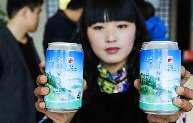 """Là một trong những quốc gia ô nhiễm nhất thế giới, thứ người Trung Quốc quan tâm nhất hiện nay là không khí sạch. Bởi vậy, mặt hàng đặc biệt đóng lon này trở nên """"đắt như tôm tươi"""" ở quốc gia này. Được biết, Bắc Kinh đang là đô thị có mức ô nhiễm khủng khiếp nhất thế giới. Người dân ở đây cũng quan tâm đặc biệt tới sản phẩm này. Những lon không khí sạch được rao bán với nhiều mùi vị khác nhau."""