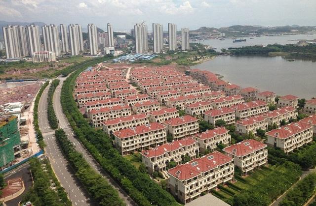 """Với tốc độ phát triển nhanh như vũ bão hiện nay, Trung Quốc đang xuất hiện """"thành phố ma"""" ngày một nhiều. Rất nhiều đô thị lớn mọc lên nhưng hoàn toàn vắng bóng con người."""
