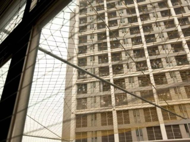 Một số tòa nhà cao ốc ở Trung Quốc có gắn lưới an toàn bên ngoài, phòng chống việc nhân viên nhảy từ trên cao xuống tự sát.