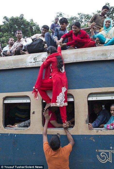 Rùng mình với cảnh kinh hoàng bu người trên tàu lửa