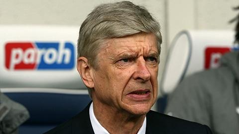 Wenger ở lại Arsenal bất chấp làn sóng chỉ trích