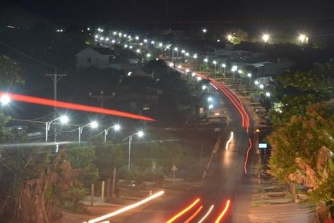 1.000 hộ dân tự góp tiền làm đèn đường, trả tiền điện... chiếu sáng quốc lộ - ảnh 2