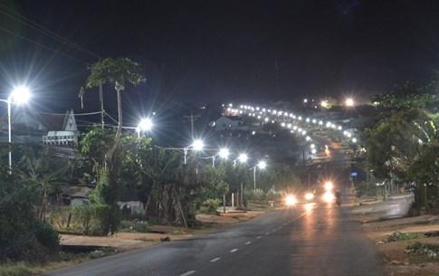 1.000 hộ dân tự góp tiền làm đèn đường, trả tiền điện... chiếu sáng quốc lộ - ảnh 4