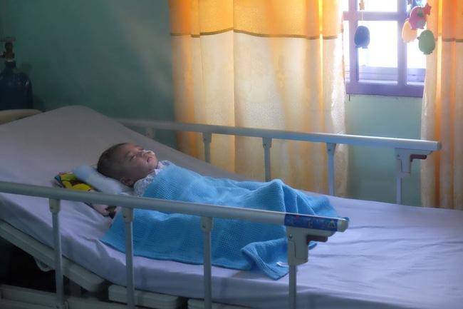 Hình ảnh và tình trạng hiện tại của bé bị não úng thủy Phạm Đức Lộc sau khi trở về từ Singapore - Ảnh 4.