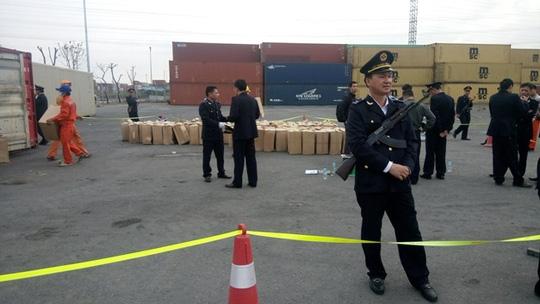 Lực lượng chức năng thắt chặt an ninh khi mở 2 container nghi chứa lá Khat