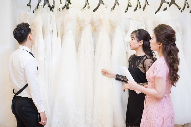 Trước hôn lễ, MC Thành Trung và vợ tình tứ đi thử váy cưới - Ảnh 2.