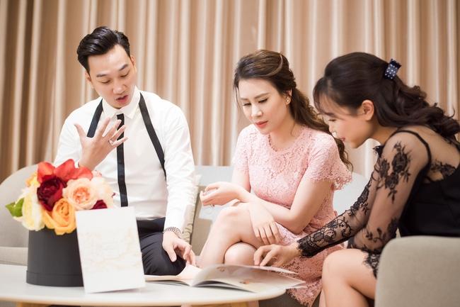 Trước hôn lễ, MC Thành Trung và vợ tình tứ đi thử váy cưới - Ảnh 3.