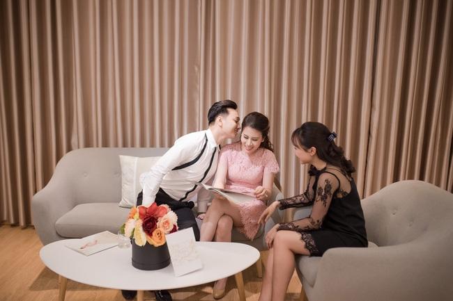 Trước hôn lễ, MC Thành Trung và vợ tình tứ đi thử váy cưới - Ảnh 4.
