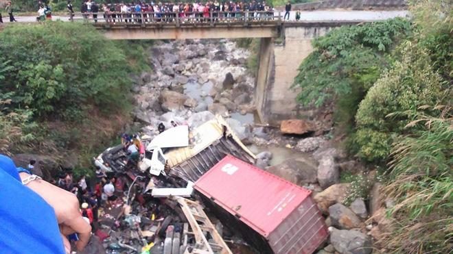 Lai châu: Xe container lao qua thành cầu rơi xuống suối, 4 người bị thương - Ảnh 1.