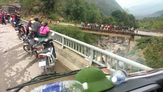 Lai châu: Xe container lao qua thành cầu rơi xuống suối, 4 người bị thương - Ảnh 2.