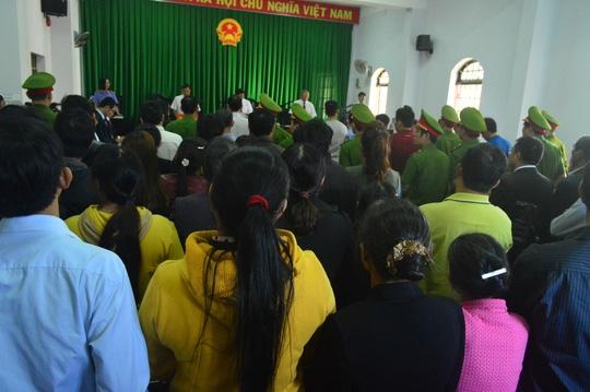 Rất đông người nhà và người dân tới theo dõi phiên tòa