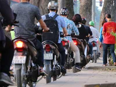 Video: Vỉa hè Hà Nội chật cứng ô tô, xe máy trong chiến dịch giành lại vỉa hè