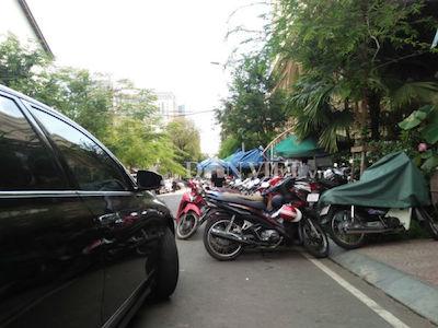 Nhiều bãi giữ xe ngay trung tâm quận 1 vẫn chiếm trọn vỉa hè