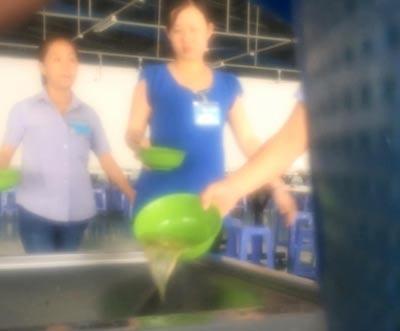 Công nhân Công ty Nam Giang đổ bỏ phần ăn của mình