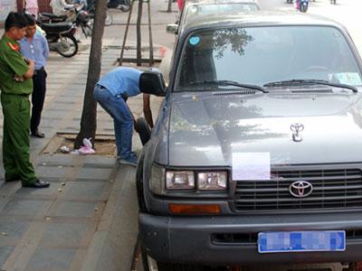 2 ôtô biển xanh của công an chiếm lòng đường Sài Gòn