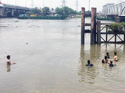 Bé trai 11 tuổi mất tích khi tắm sông Sài Gòn