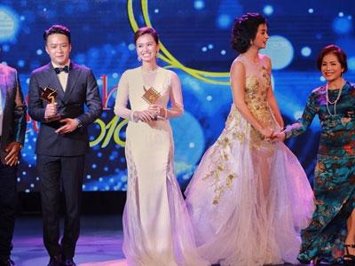 Đồng giải nhưng thiếu cúp, Lã Thanh Huyền đã làm hành động này với NSƯT Minh Trang!