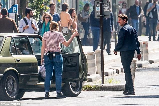 Người dân Paris đứng từ xa quan sát hoạt động của đoàn phim và nam tài tử Tom Cruise.