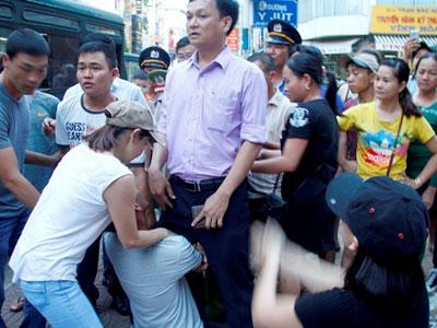 Xử nghiêm 5 người cản trở cán bộ phường đi dẹp lòng lề đường