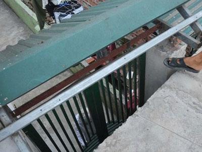 Lệch cốt nền, người Hà Nội phải trèo thang cao hơn 2 m để ra đường