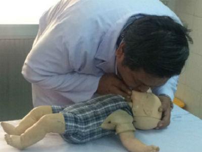 Bé gái 10 tháng tuổi ngã cắm đầu vào thau nước khiến bác sĩ bất lực