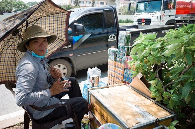 Chùm ảnh: Người dân lao động ở Sài Gòn vật lộn dưới nắng nóng oi bức để mưu sinh - Ảnh 4.