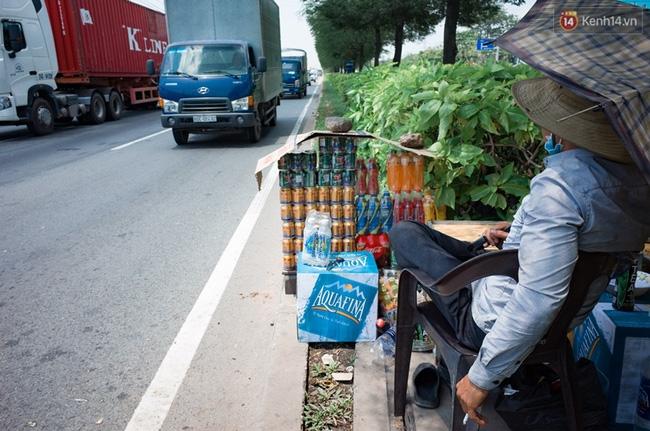 Chùm ảnh: Người dân lao động ở Sài Gòn vật lộn dưới nắng nóng oi bức để mưu sinh - Ảnh 5.