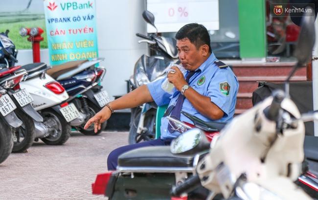 Chùm ảnh: Người dân lao động ở Sài Gòn vật lộn dưới nắng nóng oi bức để mưu sinh - Ảnh 8.