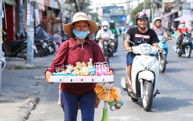 Chùm ảnh: Người dân lao động ở Sài Gòn vật lộn dưới nắng nóng oi bức để mưu sinh - Ảnh 10.