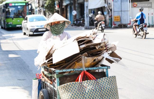 Chùm ảnh: Người dân lao động ở Sài Gòn vật lộn dưới nắng nóng oi bức để mưu sinh - Ảnh 12.