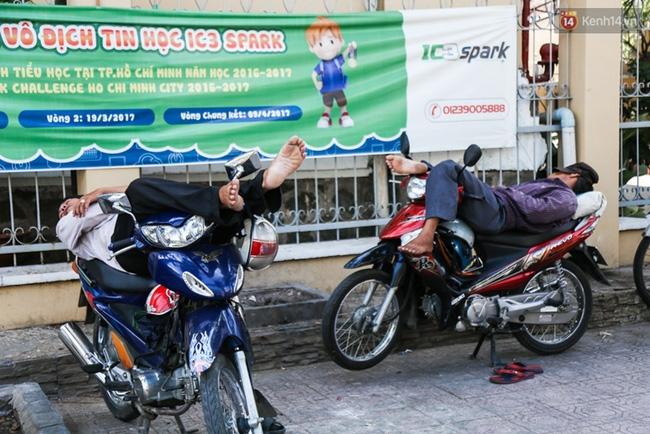 Chùm ảnh: Người dân lao động ở Sài Gòn vật lộn dưới nắng nóng oi bức để mưu sinh - Ảnh 13.