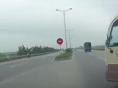 Video: Không ai chê lái xe biết nhường đường
