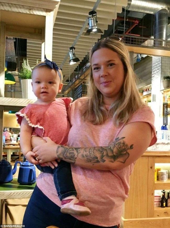 Bé gái 18 tháng tuổi bị chó cắn vì hôn chó và bài học cho  phụ huynh khi cho con tiếp xúc với động vật - Ảnh 1.
