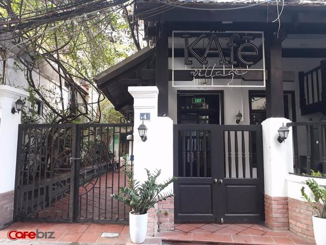 The KAfe village tại số 4 Hạ Hồi cũng trong tình trạng cửa đóng then cài dù mới 3 giờ chiều. Một người dân cho biết cửa hiệu đã đóng từ 1 tuần, chuẩn bị chuyển sang cho người khác và kinh doanh mặt hàng khác. Tuy nhiên thông tin về việc kinh doanh sau này hiện chưa rõ. Ảnh: Đức Thọ.