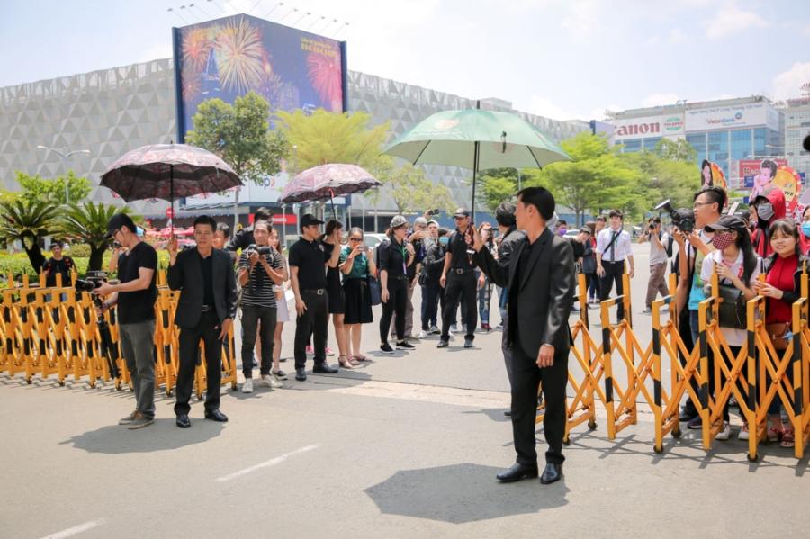 Hoa hau Hong Kong va dien vien TVB rang ro o san bay Tan Son Nhat hinh anh 4