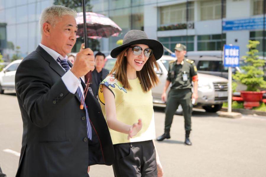 Hoa hau Hong Kong va dien vien TVB rang ro o san bay Tan Son Nhat hinh anh 5