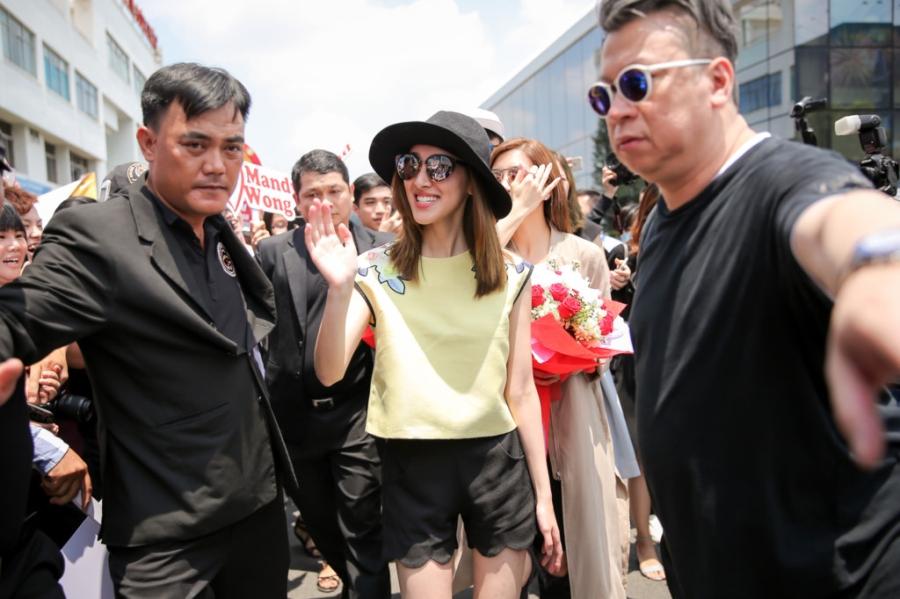 Hoa hau Hong Kong va dien vien TVB rang ro o san bay Tan Son Nhat hinh anh 8