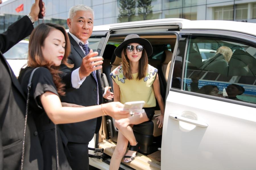 Hoa hau Hong Kong va dien vien TVB rang ro o san bay Tan Son Nhat hinh anh 9