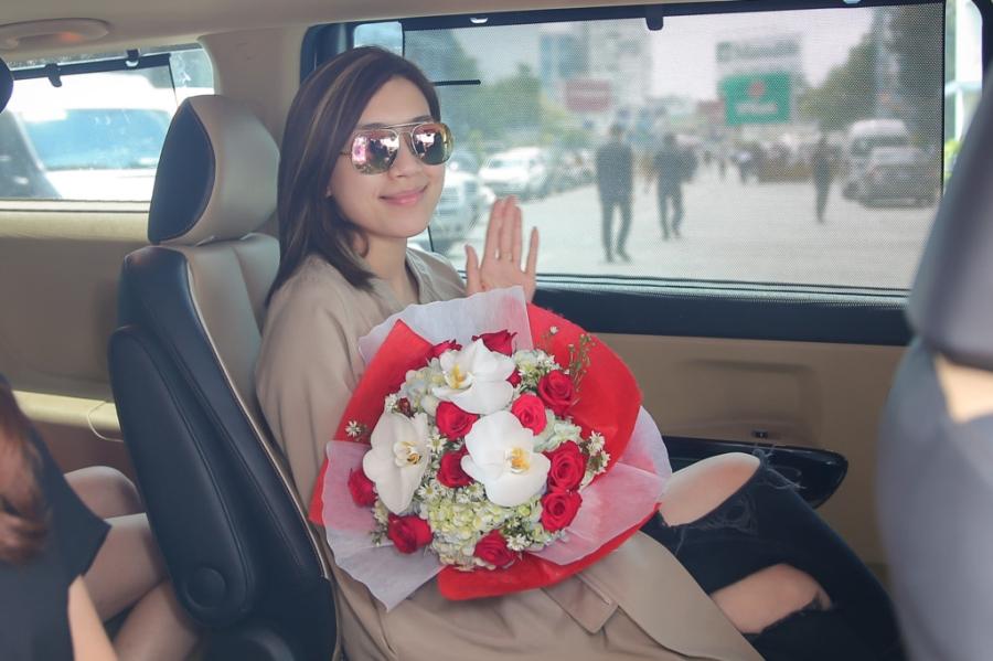 Hoa hau Hong Kong va dien vien TVB rang ro o san bay Tan Son Nhat hinh anh 10
