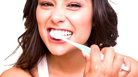 Vì sao sáng dậy là hơi thở bốc mùi dù đánh răng kỹ trước khi ngủ? - ảnh 2