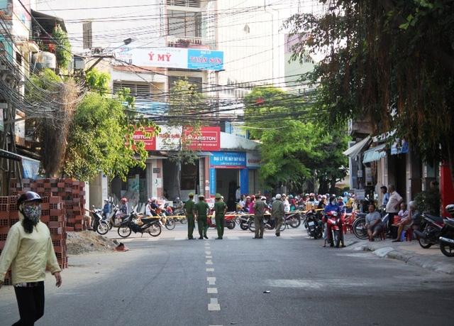 Đến 16h30 chiều cùng ngày (20/4), lực lượng chức năng vẫn phong tỏa khu vực ngã tư đường Mai Xuân Thương - Trần Hưng Đạo để đảm bảo an toàn nên việc đi lại của người dân gặp bất tiện